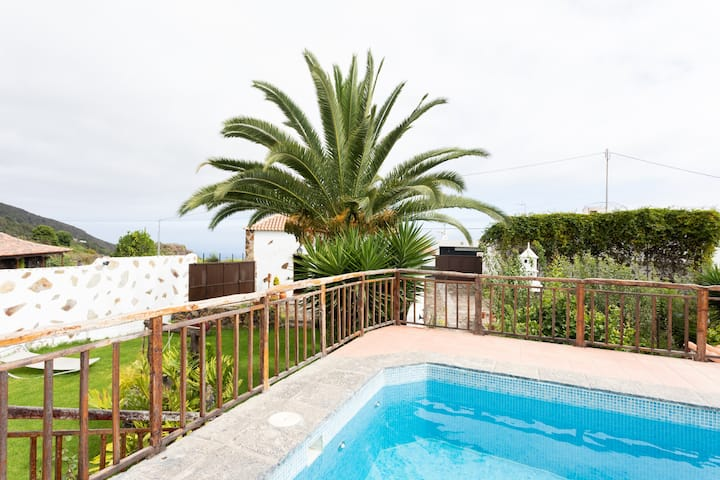 Finca El Poleo with pool and sea view