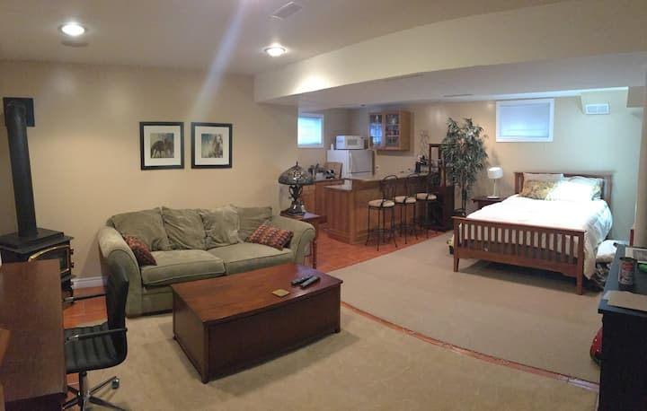 Cozy Basement Near Airport, Highways & Bus Stop
