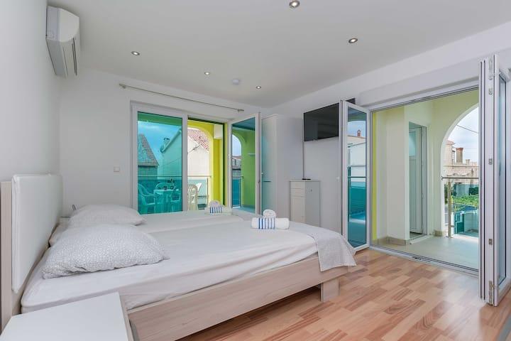 Studio Apartment, 50m from city center, beachfront in Mali rat, Terrace