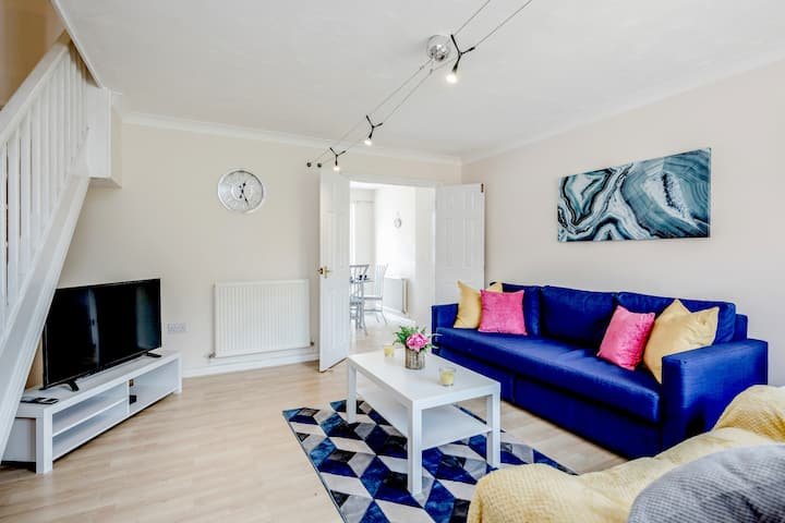 ⭐️Luxury 3-bed house Fast Wifi Parking Close to M1⭐️