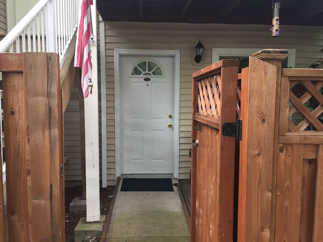 Row house,bottom unit Near Portland Airport-
