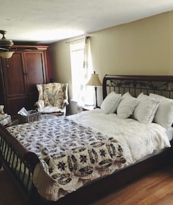 Cozy and clean private room & bath - Tallahassee