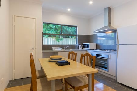 Brand New 3BR House For 2-6 People & Free Parking - Langford - Haus