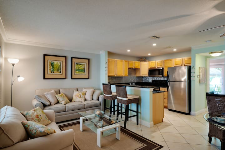 Beautiful Condo minutes from the beach