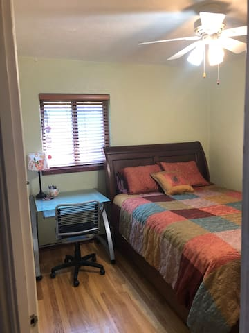 Sunny Bedroom near UNM, Downtown & Airport