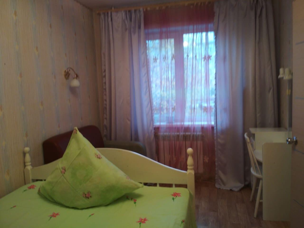 Спальня - двухспальная кровать, трюмо, диванчик для чтения. Окна в тихий двор.