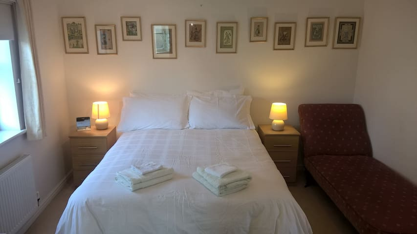 Large room with ensuite, 1 minute to the Globe  !