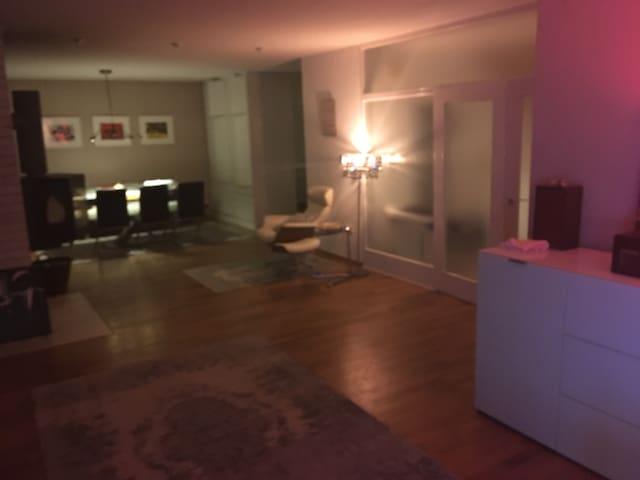 Zi. m. En-suiteBad (W&D) in Villa m. Eig. Son.-ter