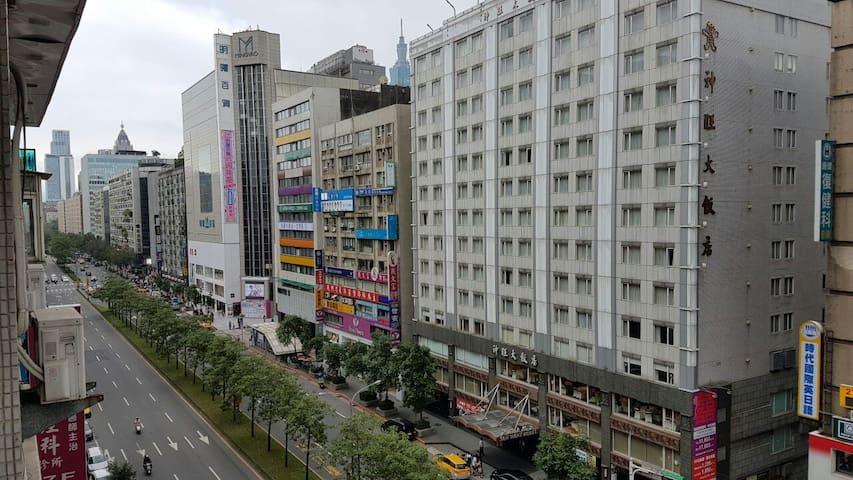 捷運藍線忠孝敦化站1號出口,神旺飯店對面,出捷運即到家,有電梯獨立衛浴 - Da'an District - Appartement