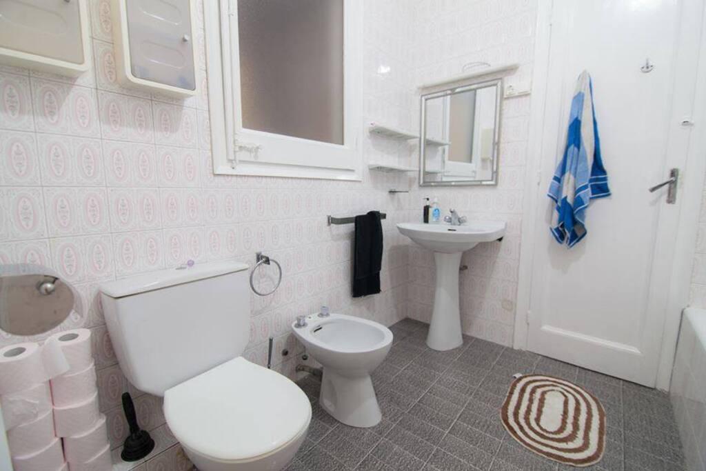 La bañera con ducha está dentro del baño también.