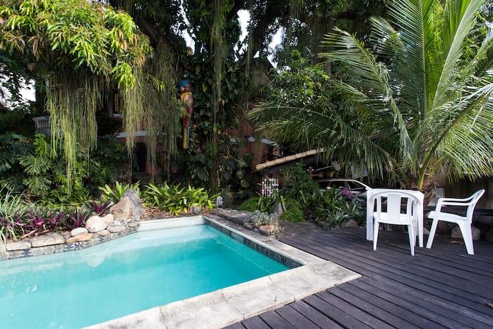 Studio privado em amplo jardim com piscina