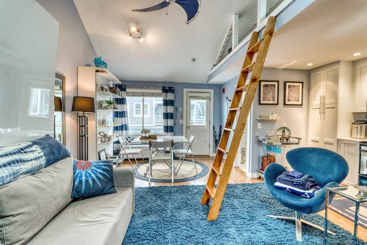 Gorgeous waterfront studio w/ beach access sitting on downtown Commercial Street