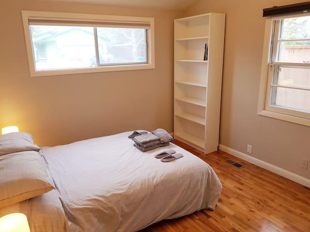 ★ Clean, comfortable master bedroom  ★ patio