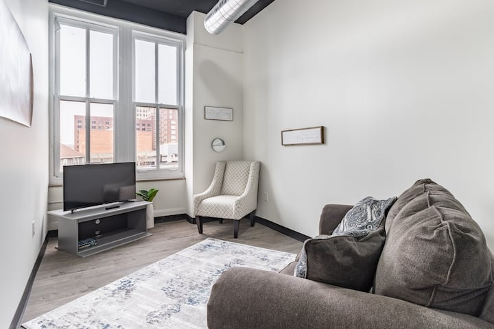 NEW!! Lovely Louisville-Central Downtown Apartment