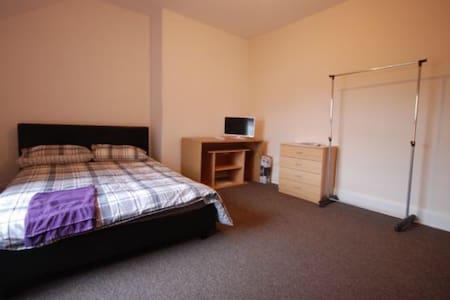 Spacious Room has SMART TV & Fridge - Loftus