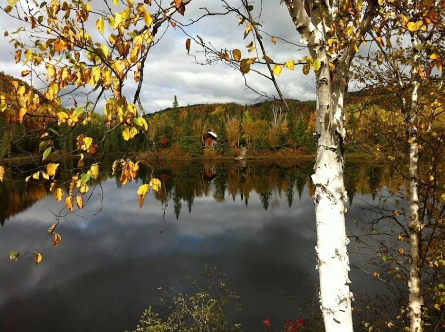 Vue du chalet sur le lac.