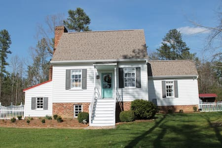 Charming, Colonial Cedar Grove Cottage circa 1773 - 威廉斯堡(Williamsburg) - 独立屋
