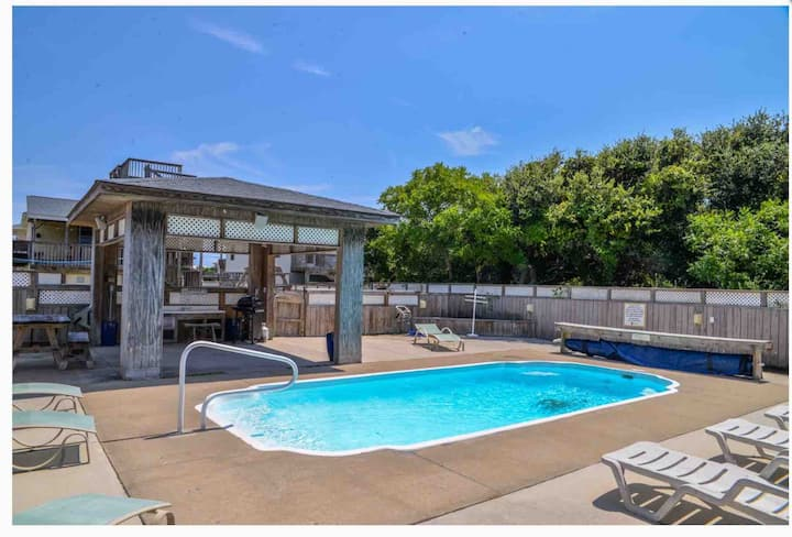 Walk to Beach+Restaurants, Pool+ play area in yard