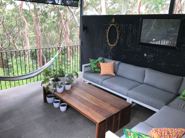 Outdoor, covered seating area - views over the bush and visiting lorikeets