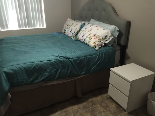 Room with KING BED in OC - La Habra