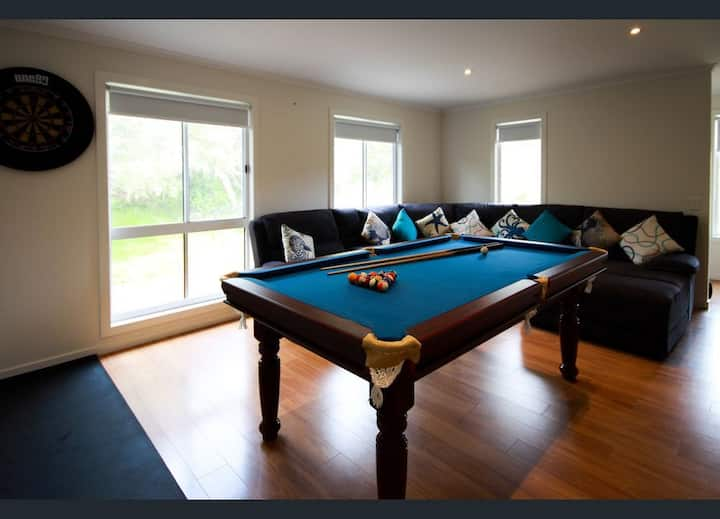 Close to beach, shops, 2 living areas, pool table