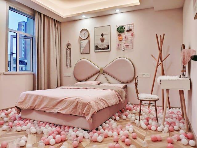 【高端民宿】梦幻少女屋,LOft两层270度全景落地窗,智能家居,星空K歌影视厅,浪漫玫瑰浴,阳台