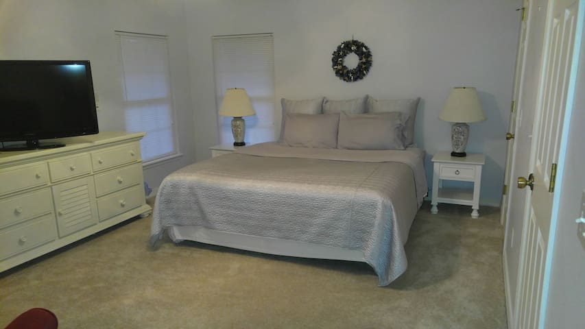 Pvt entry 2-rm KING suite/Great location/pvt bath