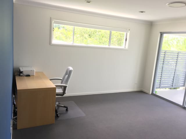 Lovely new home, metres from river - Yeronga - House