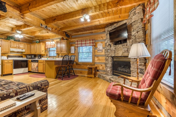 Secluded cabin w/ hot tub & pool table-near Pigeon Forge/Gatlinburg