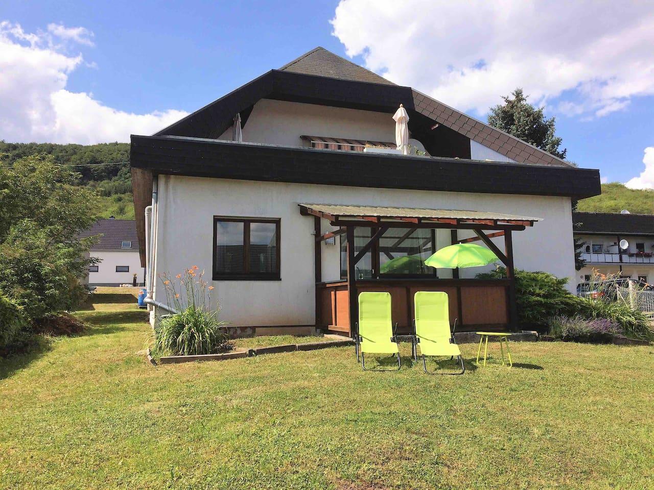 Feel at home !!!!Modernes Nichtraucher-Appartement mit überdachter Terrasse und großzügigem Garten , welcher nur von unseren Gästen benützt wird.
