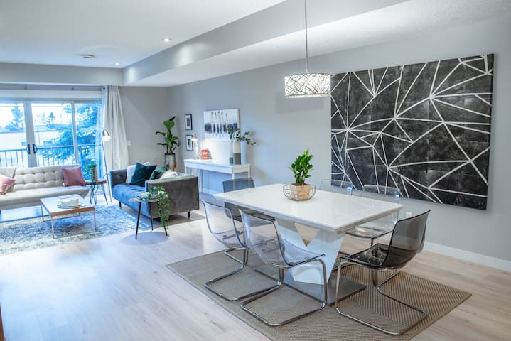 Downtown Calgary 1500sq ft Townhome by 17th ave