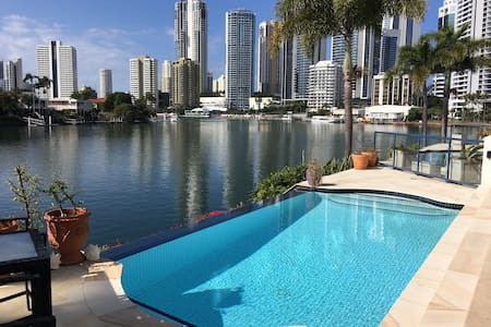 Double bedroom in Surfers Paradise Riverside Villa - Surfers Paradise - Villa