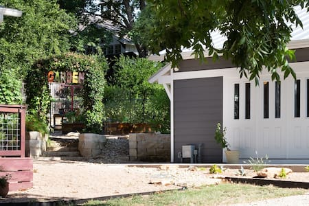 Cotton Gin Cottage-A Beautiful Stay in Georgetown