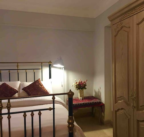 LOVELY large quiet comfortable bed room near UNwfp