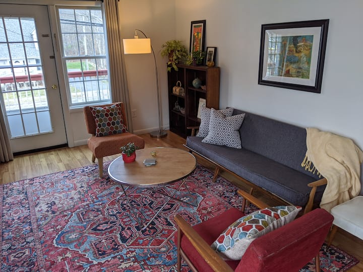 Sunny Colorful 1BR Downtown Windham