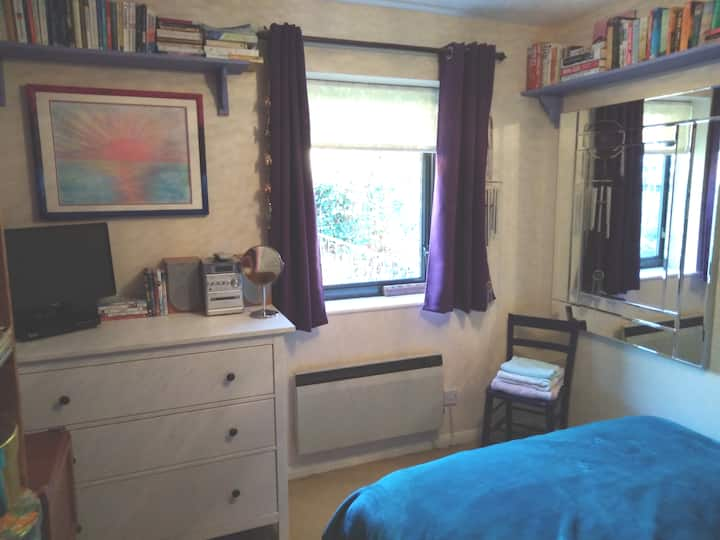 Quiet double room in cul-de-sac near Country Town
