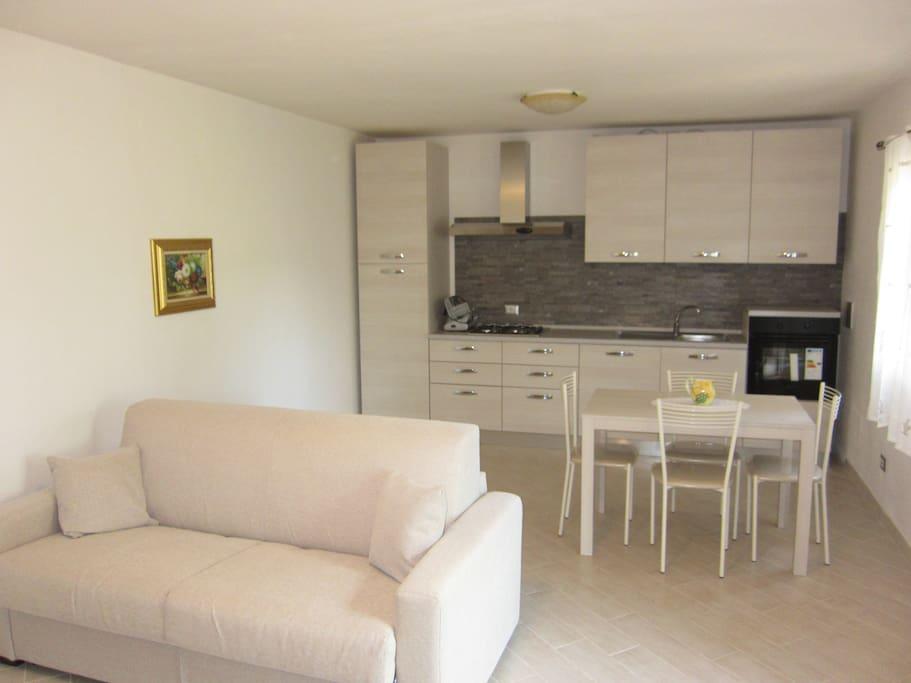 Ampio living con divano letto e cucina open space