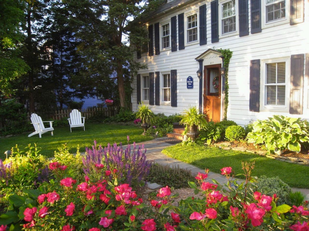 The Eldredge House is located close to Cape May's downtown and the beach. It is a 10 minute walk to either.