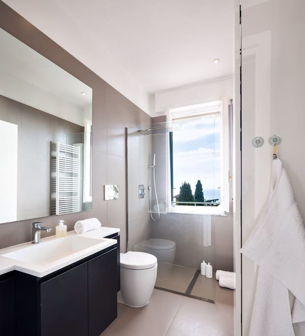 Enjoy a sea view from the bathroom.