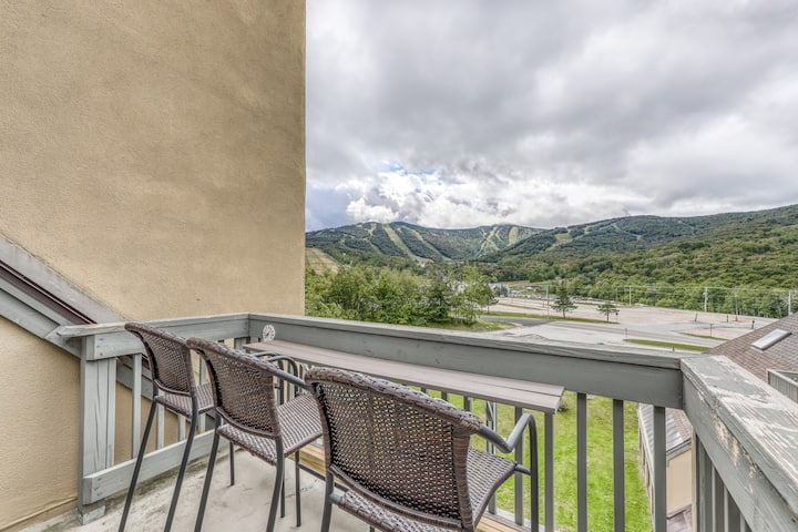 Top floor condo w/ views, shared pool/hot tub/sauna-ski nearby