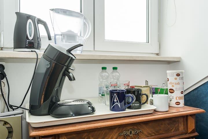 Teekocher und Kaffeemaschine