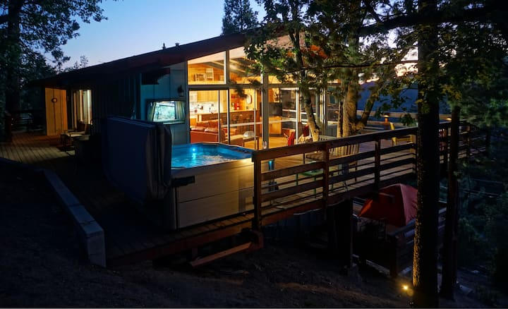 New Mile High Cabin: Spa w/TV & View, Secluded, AC