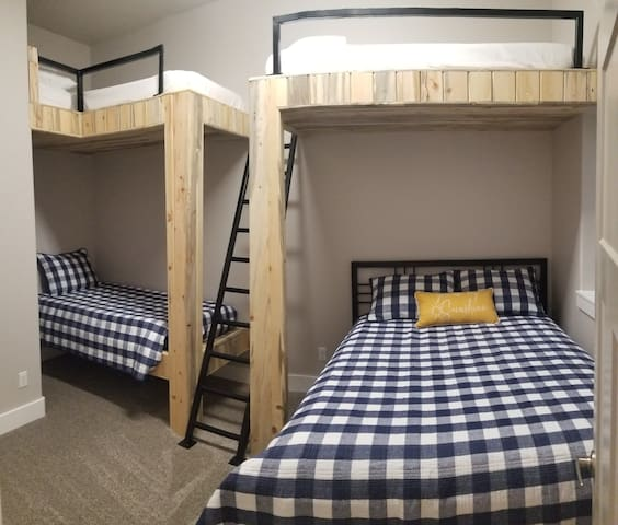 Basement bedroom (1 queen, 4 twins)
