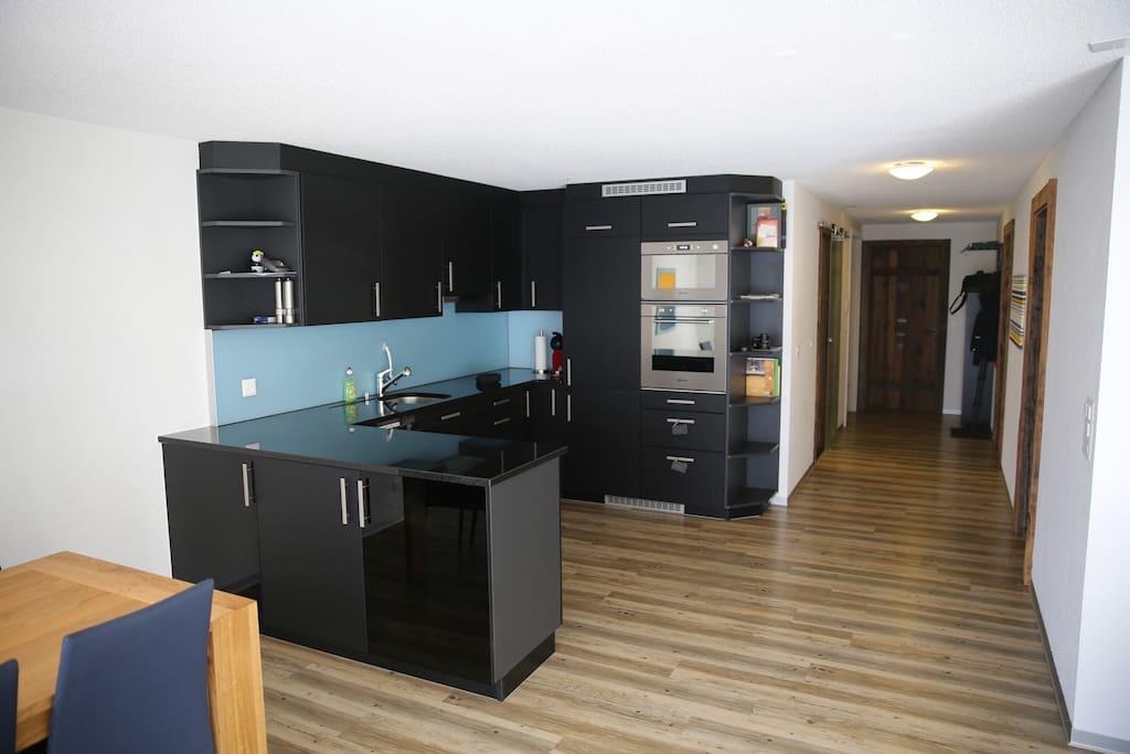 Küche mit Geschirrspüler, Backofen und Mikrowelle
