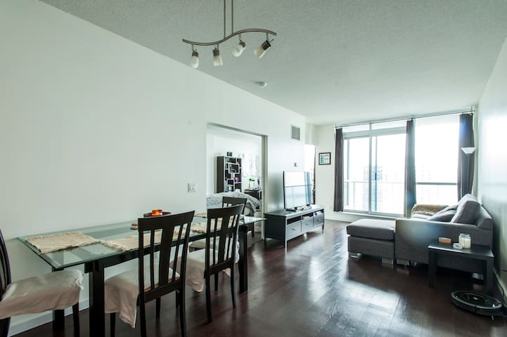 Cosy Condo With Lake View In Heart Of Toronto