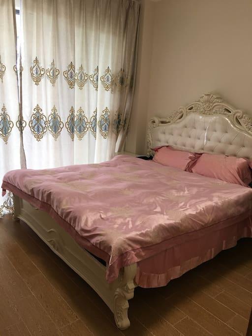 1.8米大床配上超舒服床垫让你进入甜蜜的梦乡!