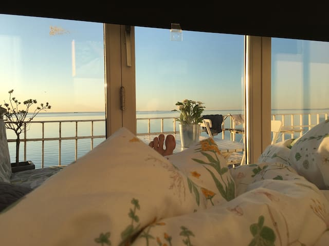 Seaview from you bed. 18km from CPH centre - Skodsborg - Apartamento