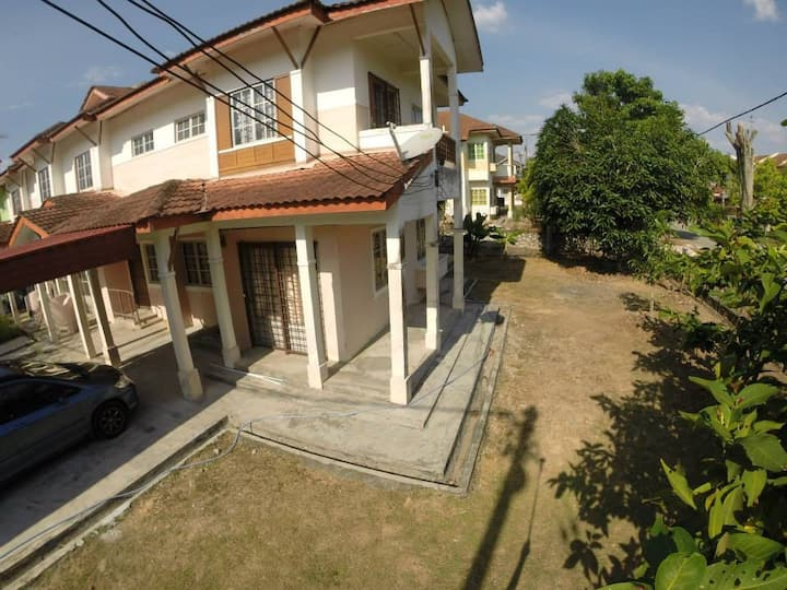 3BR Family home with Garden in Puncak Alam