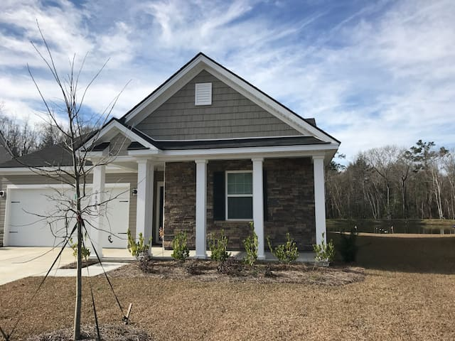 New Home and Private Pond! - Near Charleston! - Ladson - Hus