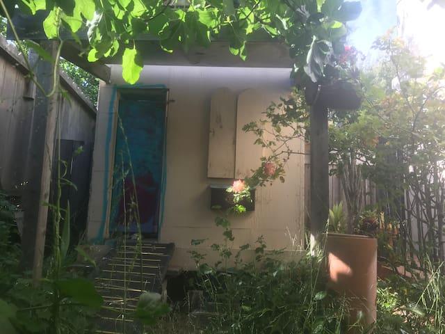 Weekend Tiny House- West Berkeley Writer's Escape